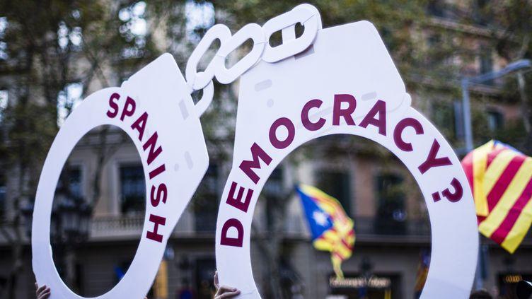 Pancarte lors d'une manifestation à Barcelone (Espagne), après les arrestations de Jordi Cuixart et Jordi Sanchez, le 21 octobre 2017. (XAVIER BONILLA / NURPHOTO)