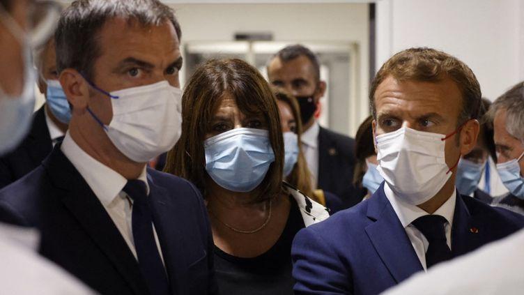 Le ministre de la santé Olivier Véran, la première adjoint au maire de Marseille Michèle Rubirola et le chef de l'Etat Emmanuel Macron, le 2 septembre 2021 à Marseille. (LUDOVIC MARIN / POOL)
