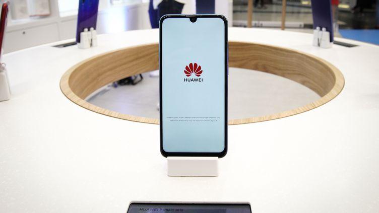 Un téléphone de la marque chinoise Huawei dans un magasin à Varsovie (Pologne), le 27 mars 2019. (JAAP ARRIENS / AFP)
