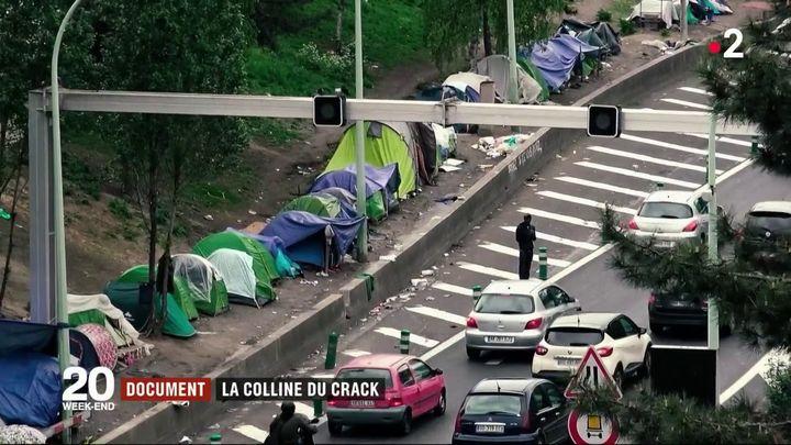 Des tentes le long d'une bretelle d'accès au périphérique, porte de la Chapelle, à Paris. (FRANCE 2)