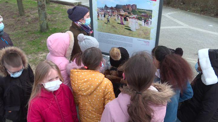 Des élèves découvrent la photographie d'une œuvredu peintreLaurent-Gsell exposée par le musée de Dieppe (France 3 Normandie)