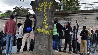 Des migrants, près du centre d'accueil de la Porte de la Chapelle, à Paris, le 21 juillet 2017. (CHRISTOPHE ARCHAMBAULT / AFP)