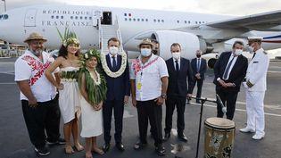 Emmanuel Macron à sa descente d'avion en arrivant à Tahiti, le 25 juillet 2021. (LUDOVIC MARIN / AFP)