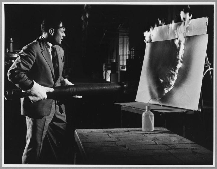 Yves Klein travaillant aux Peintures de Feu à la Plaine Saint Denis. (© Succession Yves Klein c/o Adagp, Paris, 2020 © Janos Kender © Shunk Harry Photo : © Centre Pompidou,)
