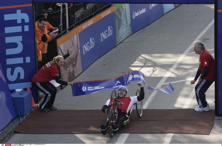 Le cycliste handisport Edward Maalouf franchit la ligne d'arrivée du marathon de New York, le 5 novembre 2006. (SETH WENIG / AP / SIPA)
