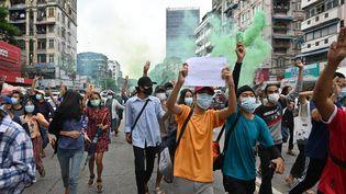 Des manifestants font le salut à trois doigts en signe de résistance à la junte, le 11 juillet 2021, à Rangoun (Birmanie). (AFP)