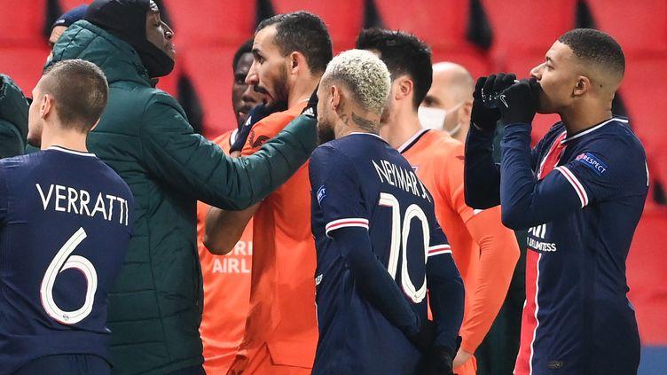 Les deux joueurs du PSG Kilian Mbappé et Neymar aux côtés de joueurs duBasaksehir Istanbul, après la suspension du match de ligue des champions, mardi 8 décembre 2020. (FRANCK FIFE / AFP)