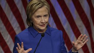 Pour la première fois depuis sa défaite, Hillary Clinton est apparue en public lors d'un événement organisé à Washington, le 16 novembre 2016. (YURI GRIPAS / AFP)