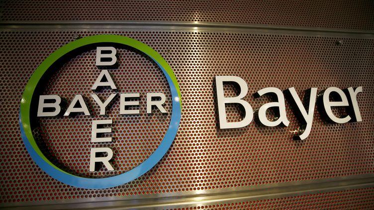 Le logo du groupe chimique Bayer,le 27 février 2019, lors d'une conférence de presse à Leverkusen (Allemagne). (WOLFGANG RATTAY / REUTERS)