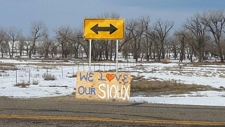 Les Sioux de la réserve de Standing Rock ont reçus ces derniers mois des soutiens du monde entier. Ici une pancarte sur la Route6 qui mène à Bismarck, la capitale de l'État du Dakota du Nord. (MATHILDE LEMAIRE / RADIO FRANCE)
