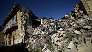 Un immeuble du village d'Onna (Italie) endommagé par le séisme de L'Aquila en 2009. (FILIPPO MONTEFORTE / AFP)