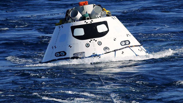 Une version de test de la capsule spatiale Orion lors d'un exercice de sauvetage en mer, le 15 septembre 2014. La capsule est censée revenir sur Terre en se posant sur la mer. (MIKE BLAKE / REUTERS)