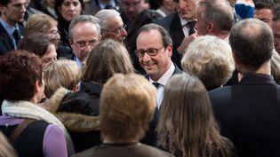 François Hollande parle avec quelques-uns de sessupporters lors des vœux à Tulle (Corrèze), le 18 janvier 2015. (CHAMUSSY / SIPA)