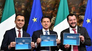 Luigi Di Maio, chef de file du Mouvement 5 étoiles, Giuseppe Conte, chef du gouvernement italien et Matteo Salvini, à la tête de la Ligue, présentent leurs mesures sociales le 17 janvier 2019. (ALBERTO PIZZOLI / AFP)