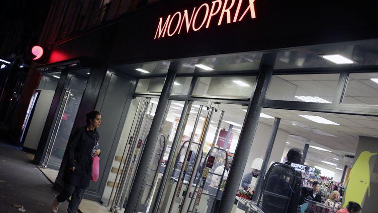 Une femme regarde les vitrines d'un magasin Monoprix, à Paris, le 5 octobre 2013. (KENZO TRIBOUILLARD / AFP)