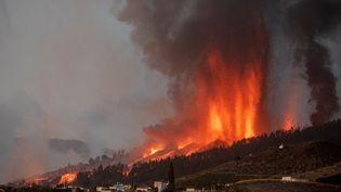 Le volcan Cumbre Viejacrache de la lave et des colonnes de fumée, sur l'île de La Palma, dans l'archipel des Canaries (Espagne), le 19septembre2021. (DESIREE MARTIN / AFP)