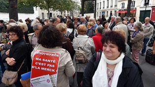 Comme Sylvie Robache, qui a récolté 225 000 signatures avec sa pétition, ils sont une centaine de malades de la thyrroïde à s'être réunis devant l'Assemblée nationale. (PHILIPPE PAUCHET / MAXPPP)