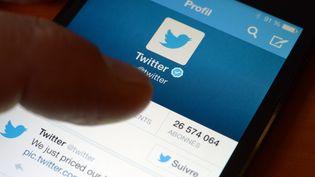 Un écran de téléphone connecté à l'application Twitter à Rennes (Ile-et-Vilaine), le 7 novembre 2013. (DAMIEN MEYER / AFP)
