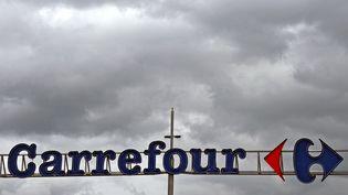 L'enseigne de supermarché Carrefour, le 15 juin 2011, à Lomme (Nord). (Photo d'illustration) (PHILIPPE HUGUEN / AFP)