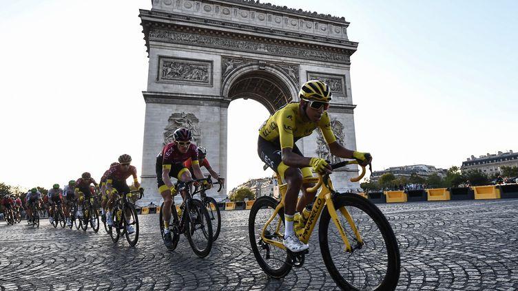 Le maillot jauneEgan Bernal passe devant l'Arc de Triomphe, le 28 juillet 2019, à Paris. (ANNE-CHRISTINE POUJOULAT / AFP)