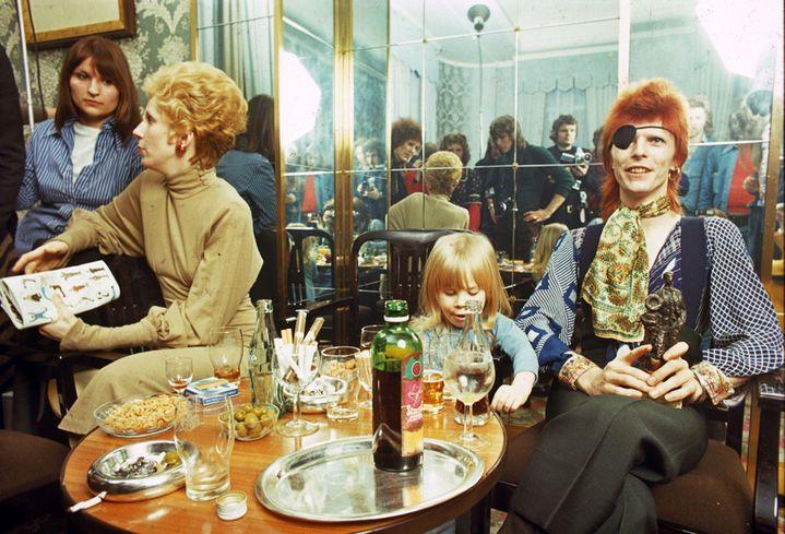 David Bowie avec sa femme Angie et son fils Duncan à Amsterdam en 1974.  (Gijsbert Hanekroot)