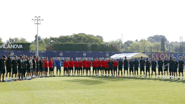 Les joueurs du FC Barcelone rassemblés pour respecter une minute de silence.