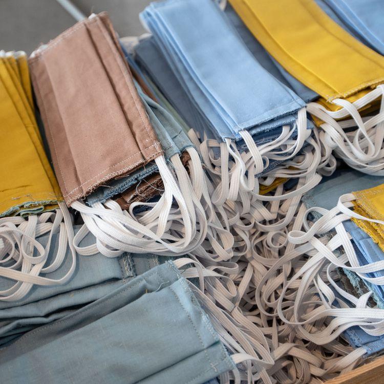 Des masques en tissu fabriqués par des bénévoles, distribués à Trélissac (Dordogne), le 30 avril 2020. (ROMAIN LONGIERAS / HANS LUCAS / AFP)