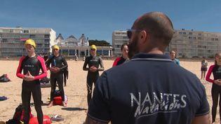 En attendant la réouverture des piscines municipales, certains clubs de natation proches du littoral s'entraînent en mer.  (France 3.)