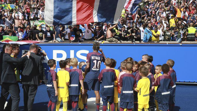 Neymar, devant la tribune des supporters parisiens, au Parc des Princes à Paris le 5 août 2017. (JACQUES DEMARTHON / AFP)