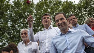 Les ministres Arnaud Montebourg et Benoît Hamon à la Fête de la rose de Frangy-en-Bresse (Saône-et-Loire), le 24 août 2014. (JEFF PACHOUD / AFP)