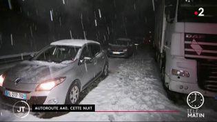 Plusieurs centaines d'automobilistes ont été bloqués sur l'autoroute A40 à hauteur de Bellegarde-sur-Valserine, dans l'Ain. Ils ont été piégés par les abondantes chutes de neige. (France 2)