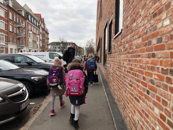 Retour à l'école pour les petits Danois, mercredi 15 avril. Ici dans une rue d'Aarhus. (LUDOVIC PIEDTENU / RADIO FRANCE)