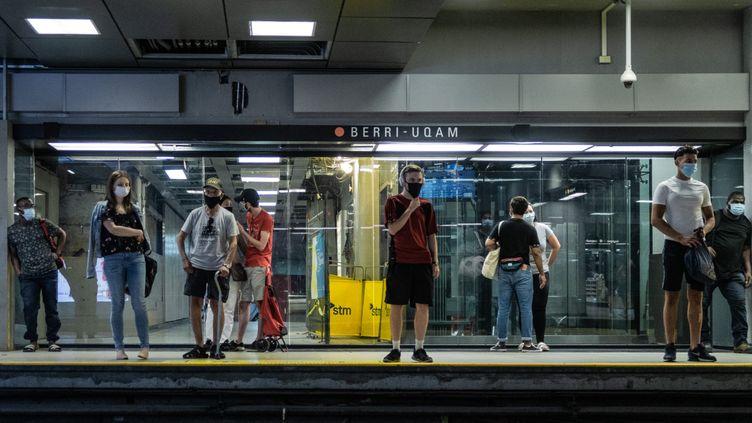 Des passagers portent un masque dans le métro de Montréal, le 18 juillet 2020. (DAVID HIMBERT / HANS LUCAS / AFP)
