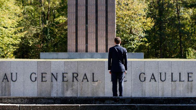 Emmanuel Macron devant une Croix de Lorraine géante, au mémorial du général de Gaulle de Colombey-les-Deux-Eglises pour les 60 ans de la Constitution, le 4 octobre 2018. (VINCENT KESSLER / POOL)