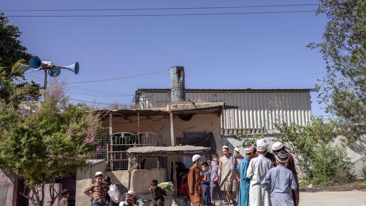 Des jeunes écoliers afghans à Kaboul (Afghanistan), le 16 septembre 2021. (BULENT KILIC / AFP)