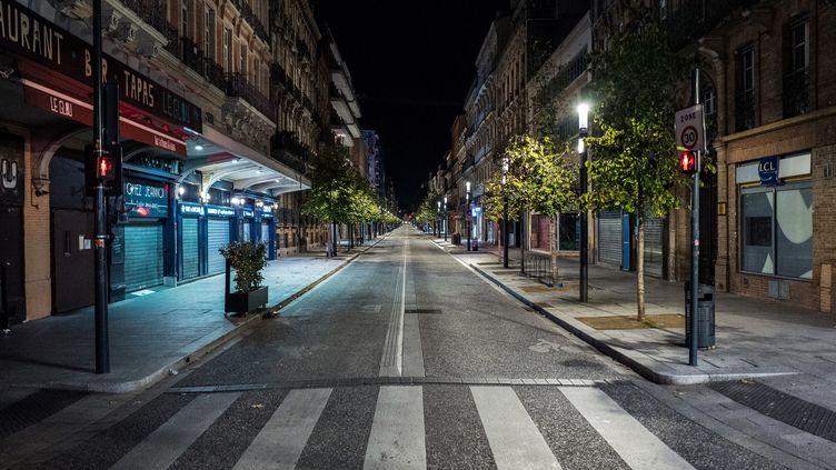 Une photographie prise le 24 octobre 2020 montre les rues vides du sud-ouest de la France à Toulouse, à l'heure du couvre-feu mis en place pour lutter contre la propagation du Covid-19. (FRED SCHEIBER / AFP)