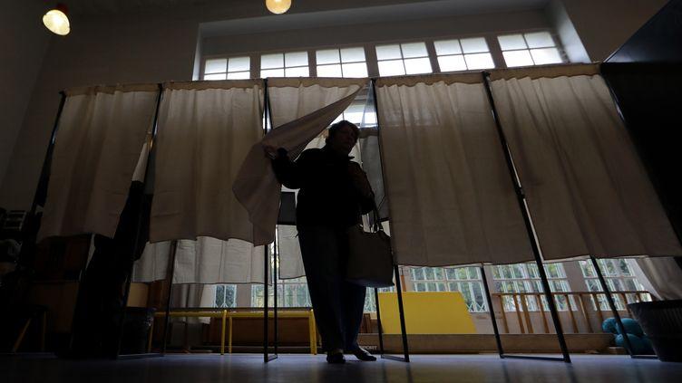 Une femme sort d'un isoloir de la primaire à droite, le 20 novembre 2016, à Nice (Alpes-Maritimes). (ERIC GAILLARD / REUTERS)