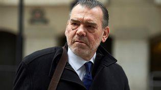 L'avocat Franck Berton quitte un tribunal à Londres (Royaume-Uni), le 19 mars 2018, après une audience du procès sur la mort de la Française Sophie Lionnet. (NIKLAS HALLE'N / AFP)
