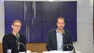 """Gérald Bronner, (à gauche) sociologue, auteur de """"La pensée extrême"""" .Hugo Micheron (à droite) doctorant à l'ENS (chaire Moyen Orient Méditerranée). (JEAN-CHRISTOPHE BOURDILLAT / RADIO FRANCE)"""