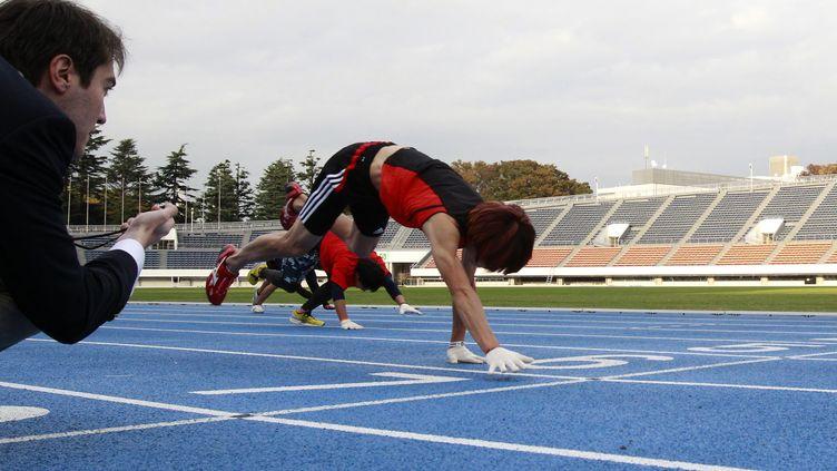 Kenichi Ito a couru le 100 mètres à quatre pattes en 16,87 secondes,à Tokyo (japon), le 14 novembre 2013. (YUYA SHINO / REUTERS )