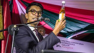 Le président de Madagascar, Andry Rajoelina, préside la cérémonie de lancement du Covid-Organics, le 20 avril 2020, à Antananarivo. Le remède conçu sur l'île permettrait, selon ses concepteurs, de se protéger du virus Covid-19. (RIJASOLO / AFP)