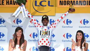 Daniel Teklehaimanot sur le podium du Tour de France où il a reçu le maillot à pois de meilleur grimpeur, le 9 juillet 2015. (DE WAELE TIM / AFP)