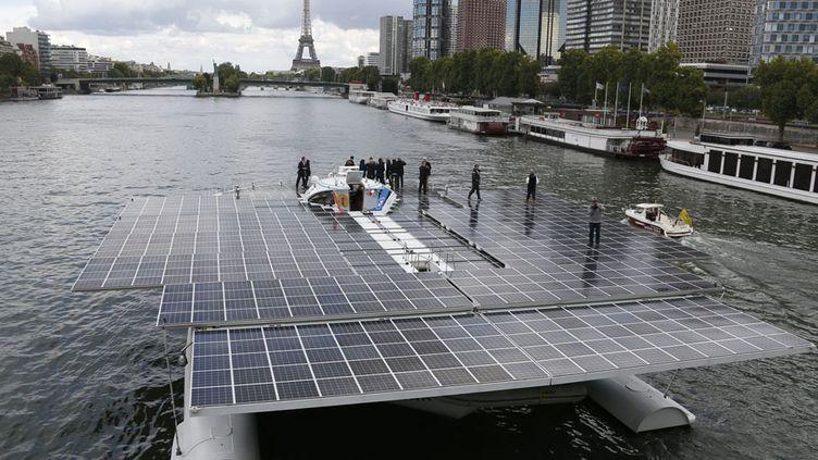"""Le catamaran suisse """"PlanetSolar"""", premier bateau à énergie exclusivement solaire, vogue sur la Seine à Paris, le 10 septembre 2013. (CHARLES PLATIAU / REUTERS)"""