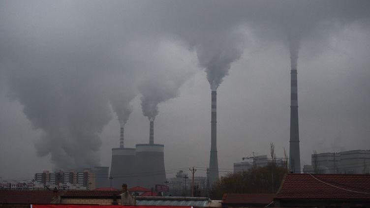 Une centrale à charbon près de Datong (Chine), le 19 novembre 2015. (GREG BAKER / AFP)