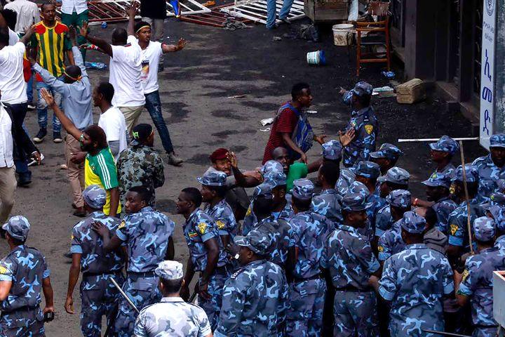 Des forces de sécurité éthiopiennes sont déployées sur la place Maskal à Addis-Abéba, samedi 23 juin, après une explosion lors d'un rassemblement politique. (YONAS TADESE / AFP)