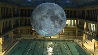 "Installation ""Museum of the Moon"", piscine Pailleron à Paris  (France 3 / culturebox / capture d'écran)"
