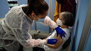 Une femme est vaccinée contre le Covid-19, le 10 février 2021, à Lyon. (NICOLAS LIPONNE / HANS LUCAS / AFP)
