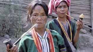 Deux femmes de l'ethnie Chintatouées, en Birmanie, en décembre 2008. (BRUNO MORANDI / HEMIS.FR / AFP)