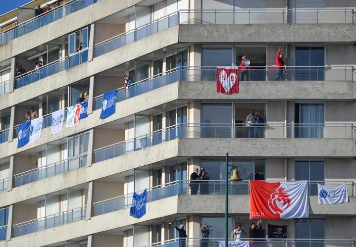 Les spectateurs du Vendée Globe ont investi les balcons avec vue sur le Chenal (LOIC VENANCE / AFP)