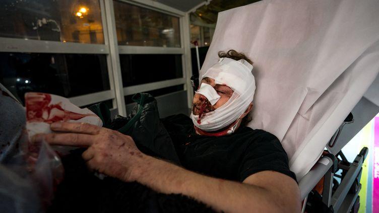 Le photographe Ameer Al Halbi est allongé sur un lit d'hôpital à Paris, le 28 novembre 2020. (GABRIELLE CEZARD / AFP)
